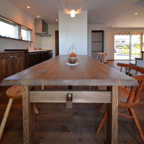 大きな無垢テーブルのある和モダンの家 ダイニング