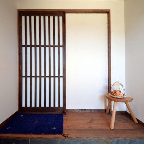 大きな無垢テーブルのある和モダンの家 玄関