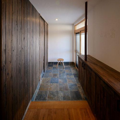 杉と漆喰のパッシブデザインハウス 玄関
