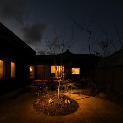 木の家 夜景