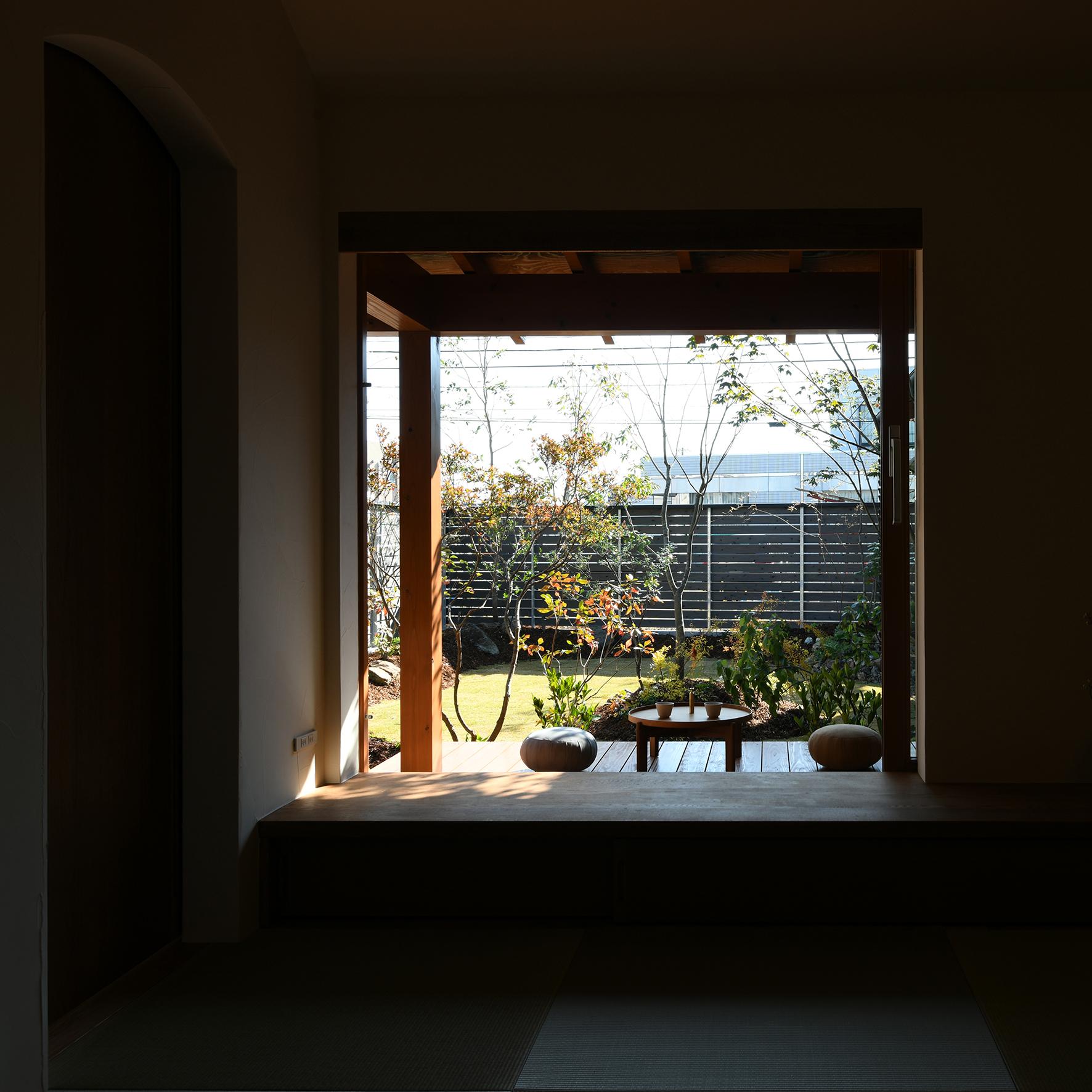 木の家 焼杉 木製窓 畳リビング